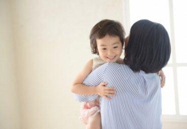 """""""5 phút thủ thỉ"""" và """"cái ôm 8 giây"""" – hai cách dạy con được nhiều cha mẹ Nhật áp dụng"""